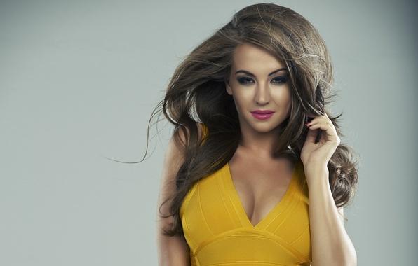 Картинка девушка, модель, макияж, фигура, прическа, декольте, girl, шатенка, dress, brown hair, yellow, figure, model, hair, …