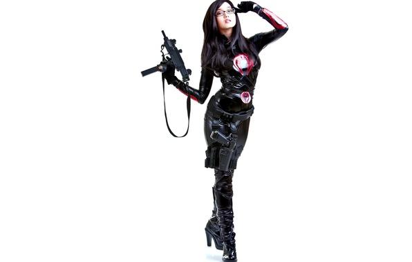 Картинка белый, девушка, лицо, пистолет, оружие, фон, одежда, волосы, сапоги, платье, очки, губы, пояс, перчатки, ремень, …