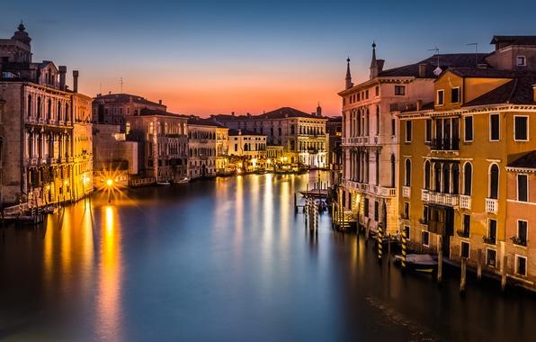 Картинка море, свет, город, здания, дома, лодки, вечер, крыши, освещение, фонари, Италия, Венеция, Italy, гондолы, Venice, …