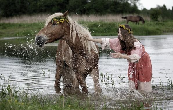 Картинка лето, девушка, брызги, река, настроение, конь, купание