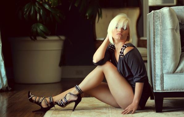 Картинка девушка, платье, блондинка, туфли, сидит, на полу