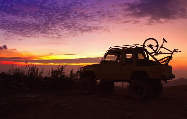 Картинка закат, природа, велосипед, фон, вечер, силуэт, джип, внедорожник, стоянка, багажник, путешествие, bike, красивый, jeep, боке, …
