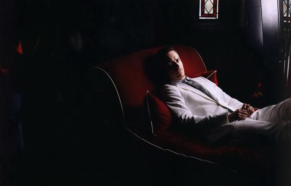 Картинка белый, костюм, актер, красная, кушетка, Michael Fassbender, Майкл Фассбендер