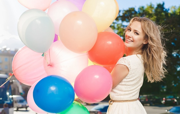 Картинка девушка, шарики, деревья, радость, счастье, природа, улыбка, фон, праздник, обои, улица, настроения, позитив, блондинка, воздушные, …