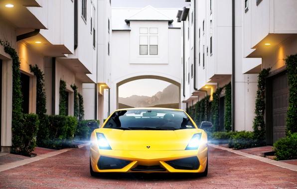 Картинка здание, Lamborghini, брусчатка, Superleggera, Gallardo, блик, жёлтая, ламборджини, yellow, гаражи, ламборгини, галлардо, суперлегера