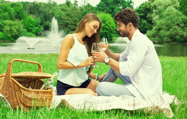 Картинка девушка, природа, река, вино, корзина, бокалы, парень, влюбленные, травка, фантаны