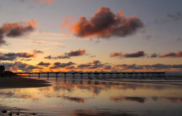Картинка песок, море, небо, вода, облака, пейзаж, мост, природа, фон, widescreen, обои, wallpaper, домик, широкоформатные, background, …