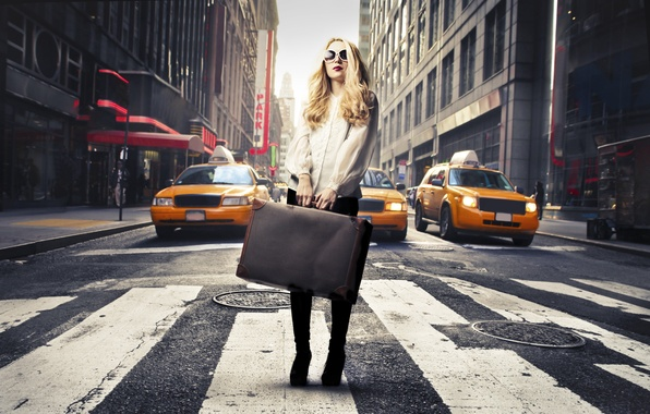 Картинка девушка, город, зебра, блондинка, такси, чемодан, тёмные очки