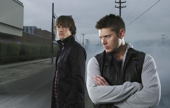 Фото обои дорога, столбы, сериал, парни, актеры, братья, мужчины, Supernatural, Jensen Ackles, Сверхъестественное, Dean Winchester, Дин Винчестер, ...