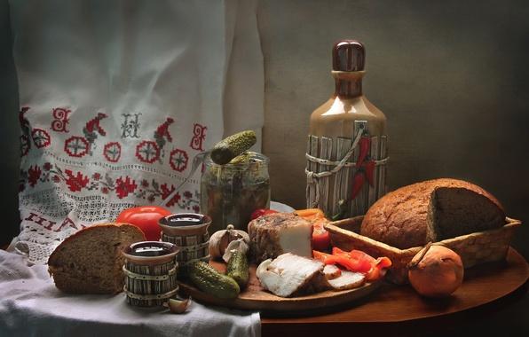 Картинка лук, хлеб, натюрморт, помидор, огурцы, чеснок, закуска, сало, самогон