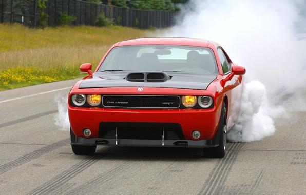 Картинка Красный, Дым, Машина, Додж, Асфальт, Dodge, SRT8, Challenger, Фары, Передок