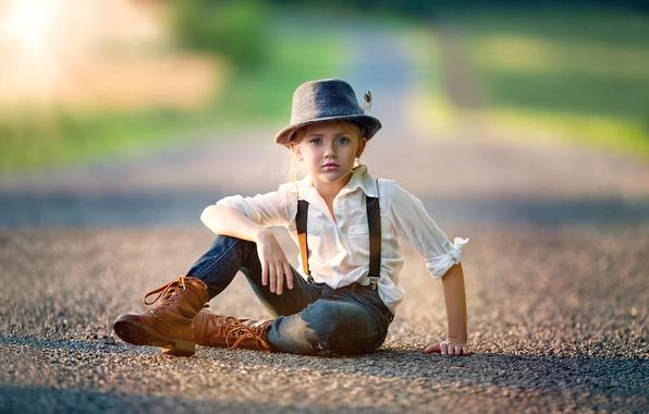 Картинка дорога, перо, джинсы, шляпа, девочка, рубашка, ребёнок, сорванец, Tomboy