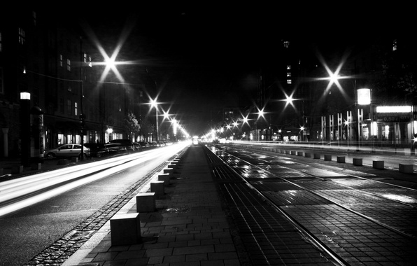 Картинка дорога, машины, огни, улица, окна, дома, фонари, черно белое, тротуар