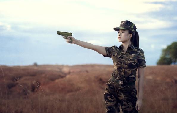 Картинка девушка, пистолет, фон, форма, камуфляж, азиатка
