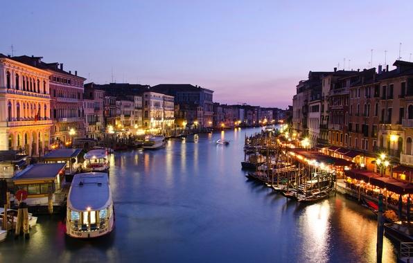 Картинка море, город, огни, здания, дома, лодки, вечер, освещение, фонари, Италия, Венеция, сумерки, Italy, гондолы, Venice, …