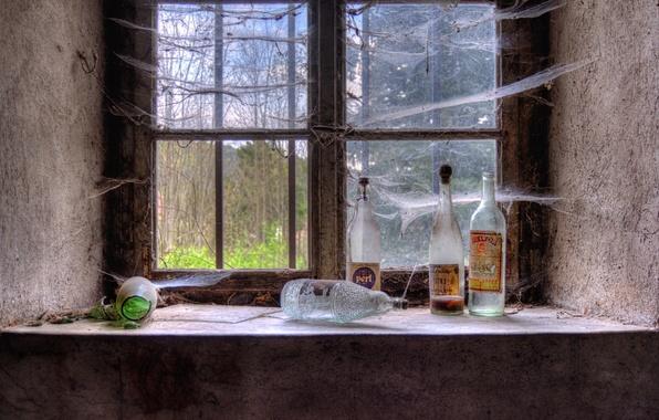 Картинка паутина, окно, бутылки