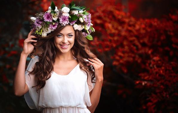 Картинка девушка, радость, цветы, улыбка, настроение, шатенка, венок, боке