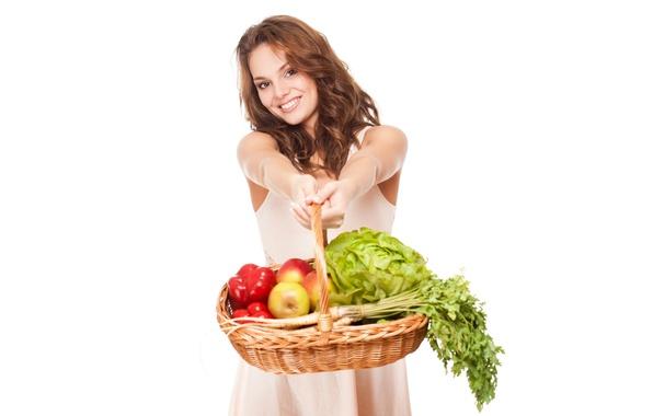 Картинка девушка, красный, улыбка, настроение, корзина, яблоки, платье, прическа, белый фон, перец, шатенка, фрукты, овощи, капуста, …