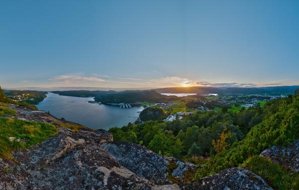 Картинка море, зелень, пейзаж, закат, город, камни, вид, дома, корабли, бухта, панорама