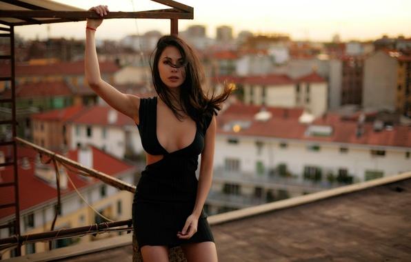 Картинка крыша, грудь, взгляд, поза, тело, Девушка, платье, шатенка