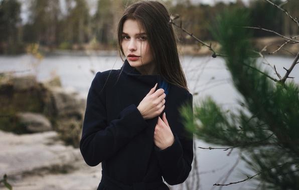 Картинка осень, лес, взгляд, девушка, ветки, природа, лицо, озеро, камни, настроение, модель, одежда, портрет, ель, шарф, …