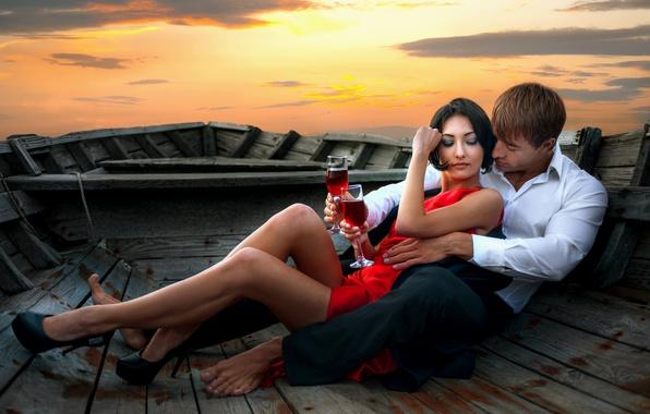 Картинка небо, девушка, закат, вино, лодка, платье, брюнетка, бокалы, пара, парень, влюбленные, в красном