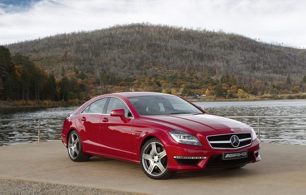 Картинка лес, небо, красный, озеро, берег, гора, Mercedes-Benz, седан, мерседес, AMG, передок, амг, цлс63, CLS63