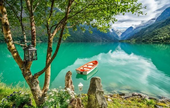 Картинка горы, озеро, дерево, лодка, Норвегия, фонарь, берёза, Norway, Стрюн, Stryn, Lake Oldevatnet