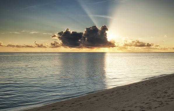 Картинка море, пляж, вода, солнце, облака, лучи, закат, океан, берег, Мальдивы