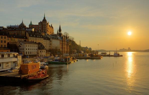 Картинка небо, вода, солнце, туман, отражение, река, восход, лодка, дома, дорожка, башни, золотой, швеция, набережная, шпили, …