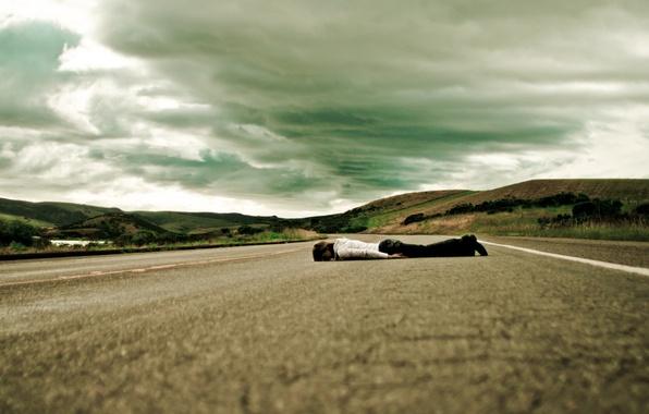 Картинка дорога, грусть, небо, девушка, пути, путь, одиночество, ситуации, девушки, настроение, опасность, печаль, дороги, ситуация