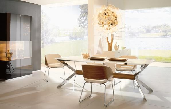 Белый стол и белые стулья в интерьере