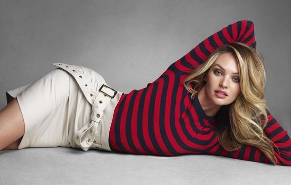Девушка в юбке лежит на дороге фото 606-1