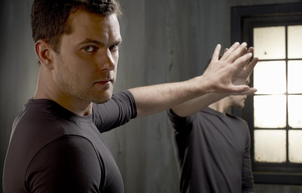 Картинка отражение, рука, зеркало, актер, мужчина, Joshua Jackson, джошуа джексон