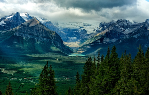 Картинка лес, небо, деревья, горы, тучи, озеро, дома, долина