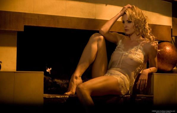 Картинка грусть, девушка, настроение, блондинка, камин
