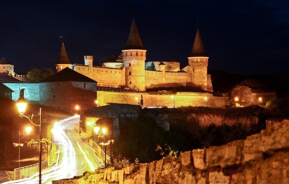 Картинка дорога, ночь, огни, замок, стены, фонари, башни, крепость, Украина, Каменец Подольский