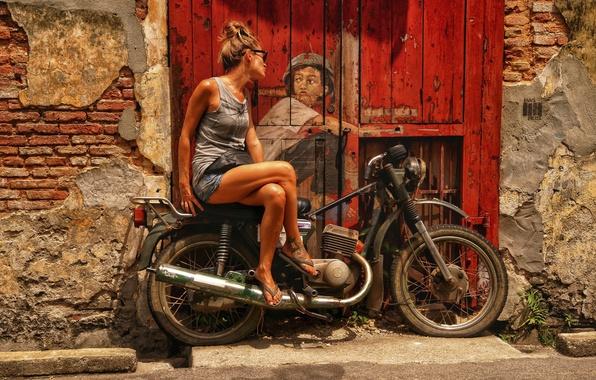 Картинка девушка, город, рисунок, дверь, арт, мотоцикл