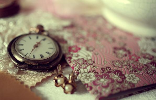 Картинка макро, украшения, время, стол, часы, серьги, тетрадь