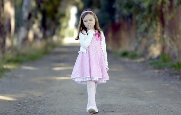 Картинка дорога, взгляд, листья, деревья, природа, дети, лицо, фон, обои, настроения, платье, розовое, палец, девочка, лента, …
