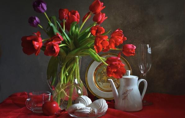 Картинка бокал, яблоко, тарелка, чашка, тюльпаны, посуда, натюрморт, зефир, кофейник
