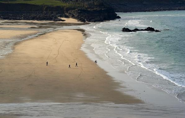 Картинка море, волны, вода, скала, камни, люди, девушки, океан, скалы, побережье, пейзажи, человек, парни, берега, пляжи