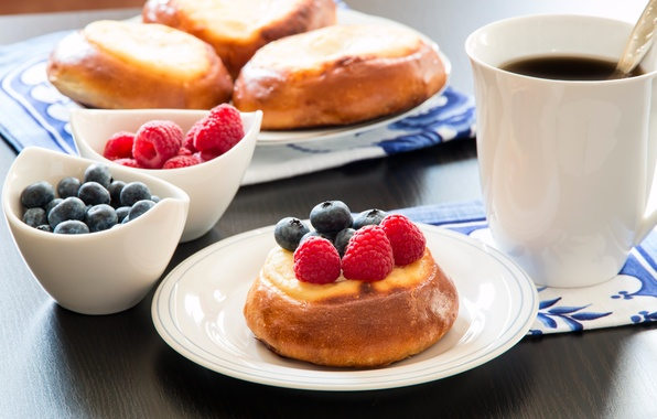 Картинка кофе, завтрак, чашка, cup, кексы, coffee, breakfast, blueberries, raspberries, черники, cupcakes, малины