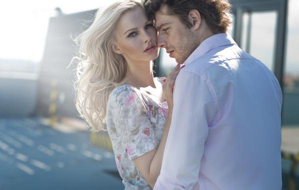 Картинка взгляд, девушка, близость, платье, блондинка, пара, парень, солнечный день, локоны, очарование