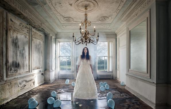 Картинка девушка, шарики, комната, платье, люстра