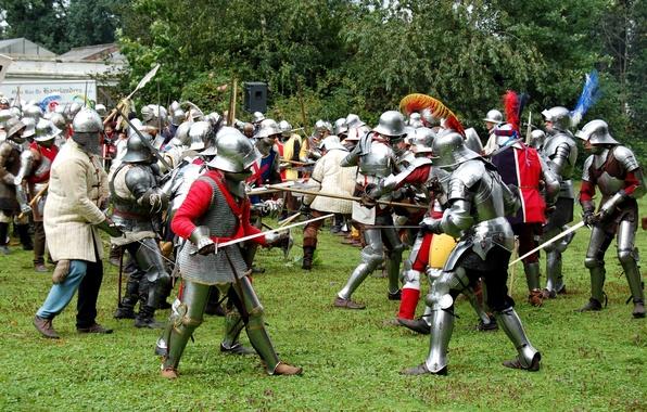 Картинка зелень, трава, доспехи, битва, сражение, мечи, средневековье, щиты, копья, шлемы, военно-историческая реконструкция