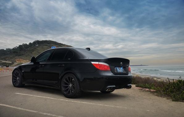 Картинка море, небо, облака, чёрный, берег, bmw, бмв, парковка, black, вид сзади, e60