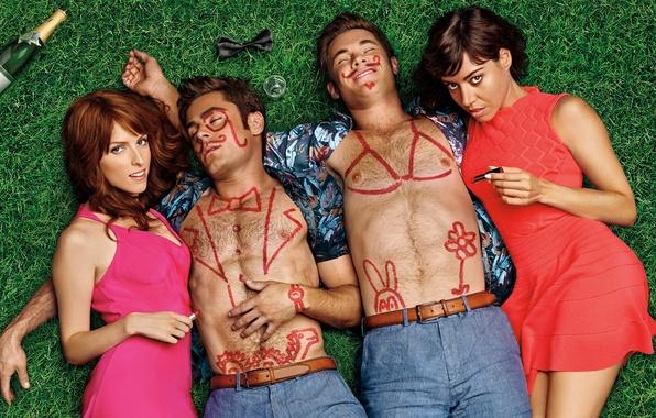 Картинка девушки, бутылка, помада, рисунки, парни, вечеринка, шампанское, на траве, лежат, Zac Efron, комедия, боди-арт, Anna …