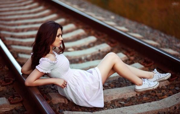 Картинка поза, рельсы, фигура, платье, брюнетка, железная дорога, ножки, красотка, гравий, шпалы, кроссовки, боке, Юлия Пушман, …