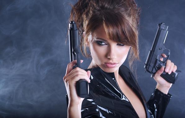 Картинка девушка, оружие, фон, пистолеты, дым, куртка, прическа, шатенка